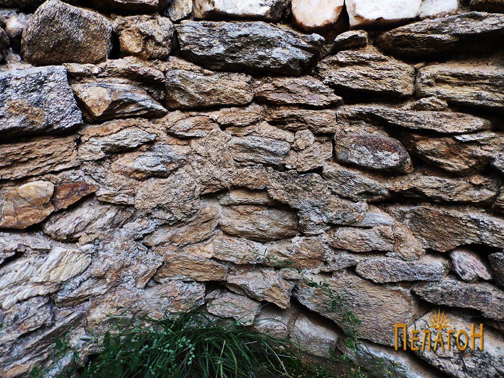 Остатоци од малтер на ѕидот во олтарот