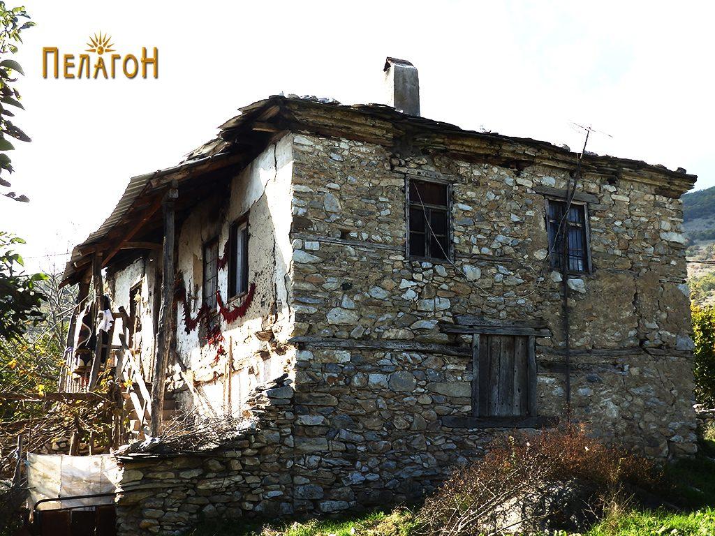 Зачувана куќа во селото