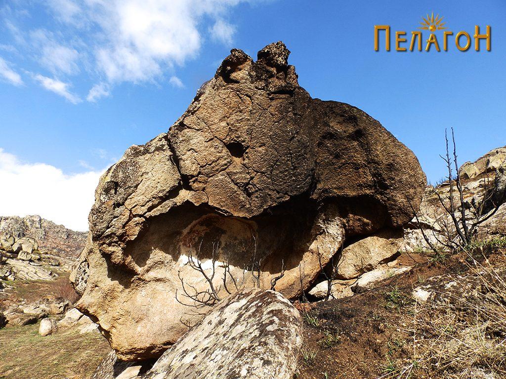 Култната карпа од југоисток - по опожарување на просторот околу неа