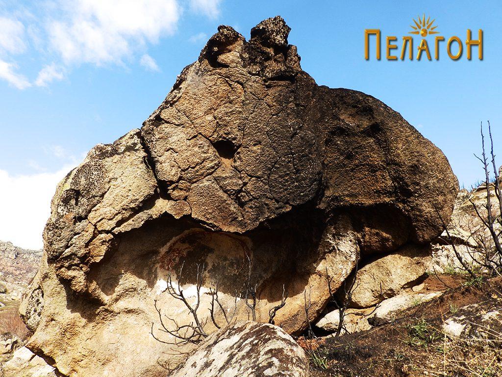 Култната карпа од југоисток - по опожарување на просторот околу неа 2
