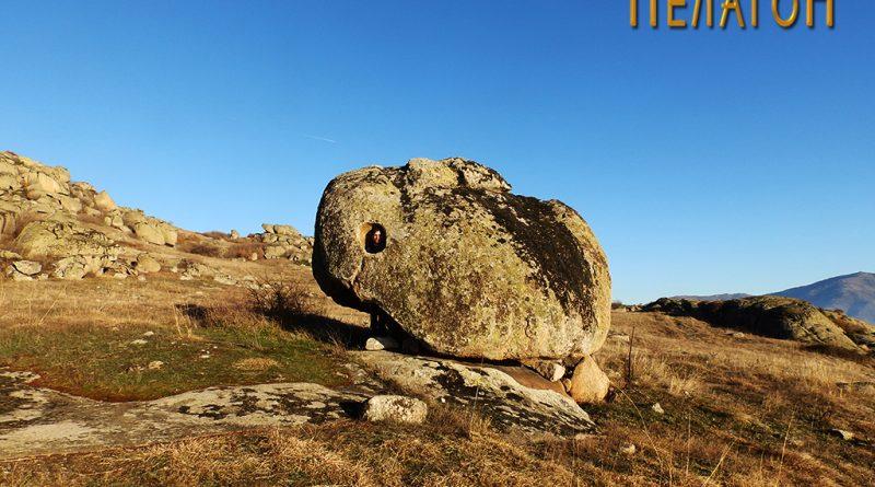 """Култната карпа на """"Дупен Камен"""" со форма на заспан зајак"""