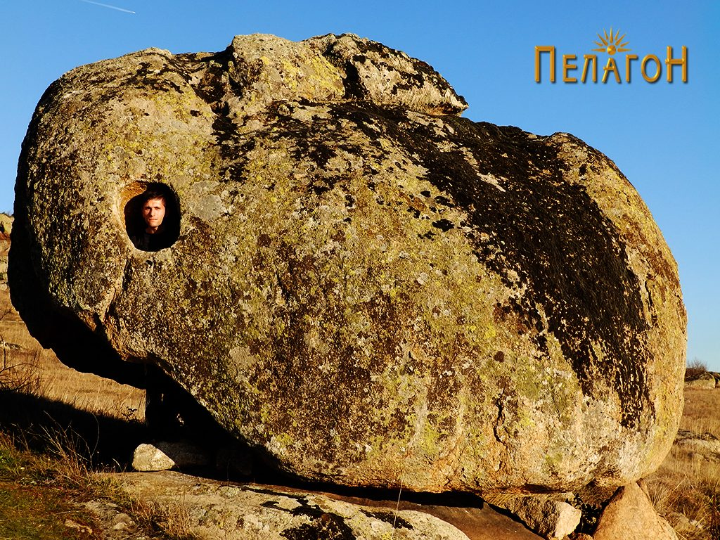 """Култната карпа на """"Дупен Камен"""" со форма на заспан зајак 2"""
