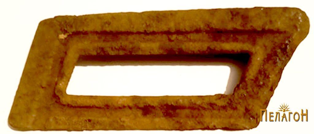 """Експонат од времето на битката пронајден на """"Ножот"""" - пачка за куршуми од пушка - """"Малихера"""" (Манлихер) - надворешна страна"""