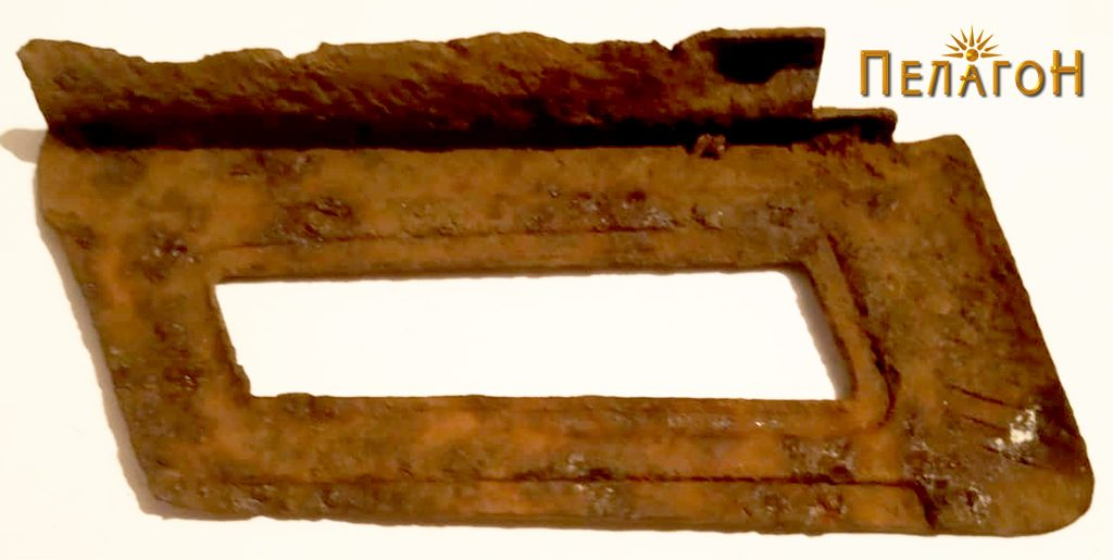 """Експонат од времето на битката пронајден на """"Ножот"""" - пачка за куршуми од пушка - """"Малихера"""" (Манлихер) - внатрешна страна"""