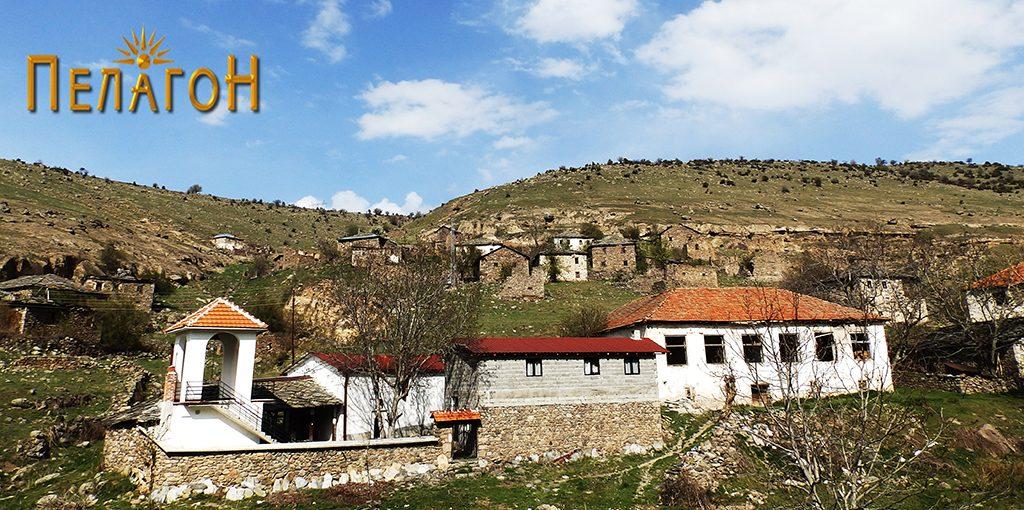 """Црквата """"Св. Спас"""" и училишната зграда со дел од селото"""