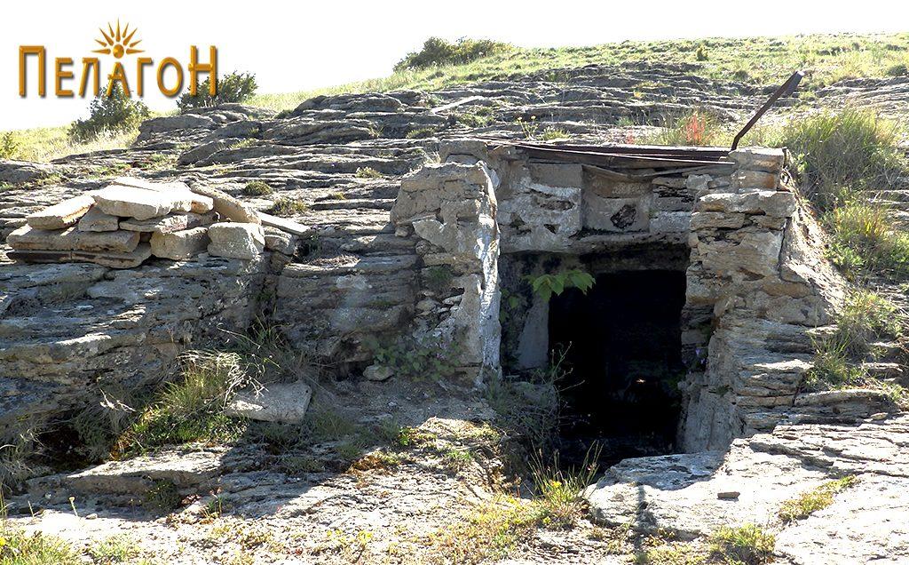 Гробницата со дромосот и гробните простории со современа надградба на влезот 4