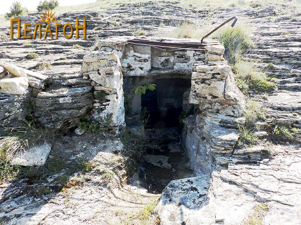 Гробницата со дромосот и гробните простории со современа надградба на влезот 2