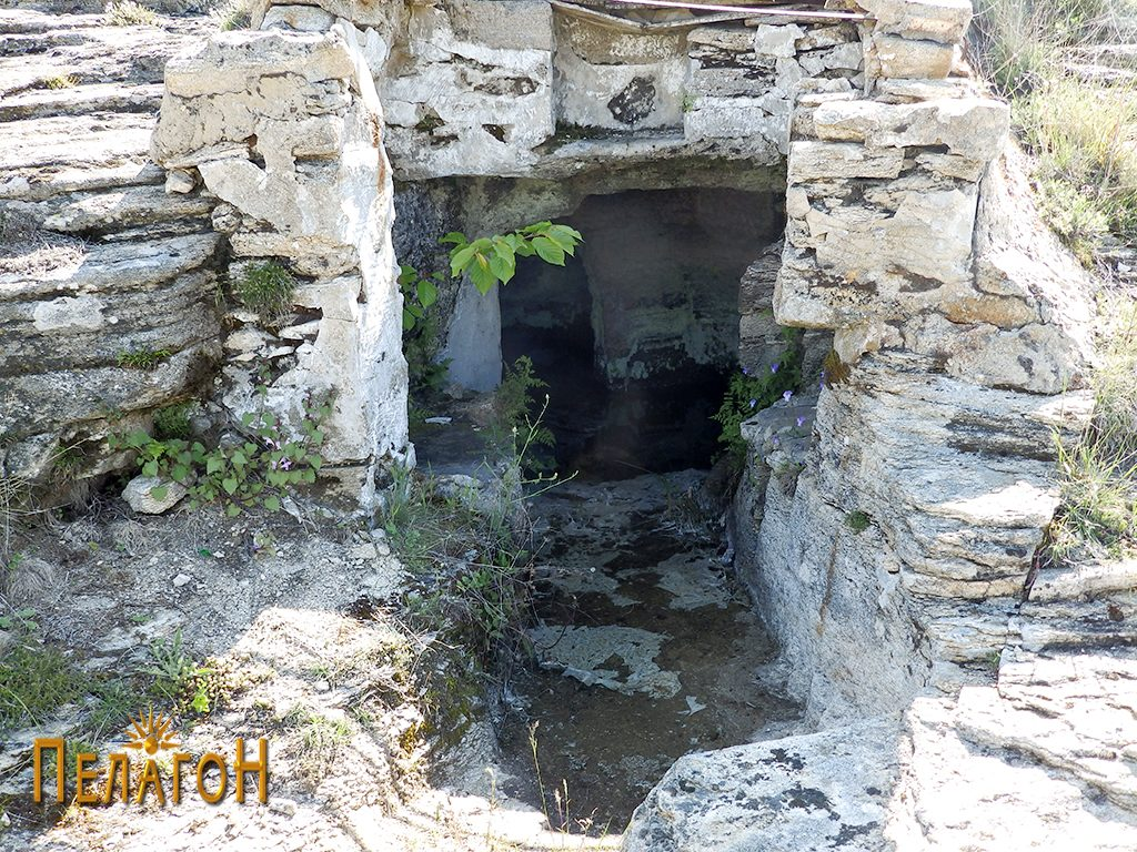 Гробницата со дромосот и гробните простории со современа надградба на влезот