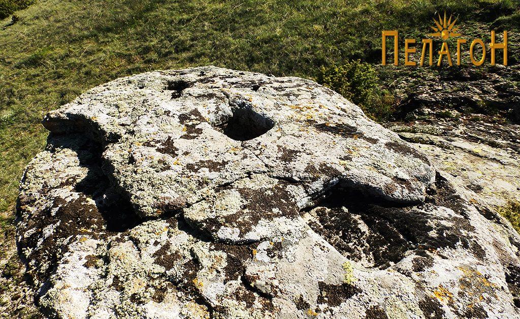 Малото плато на карпата-хероон со правоаголните јами во линија 2