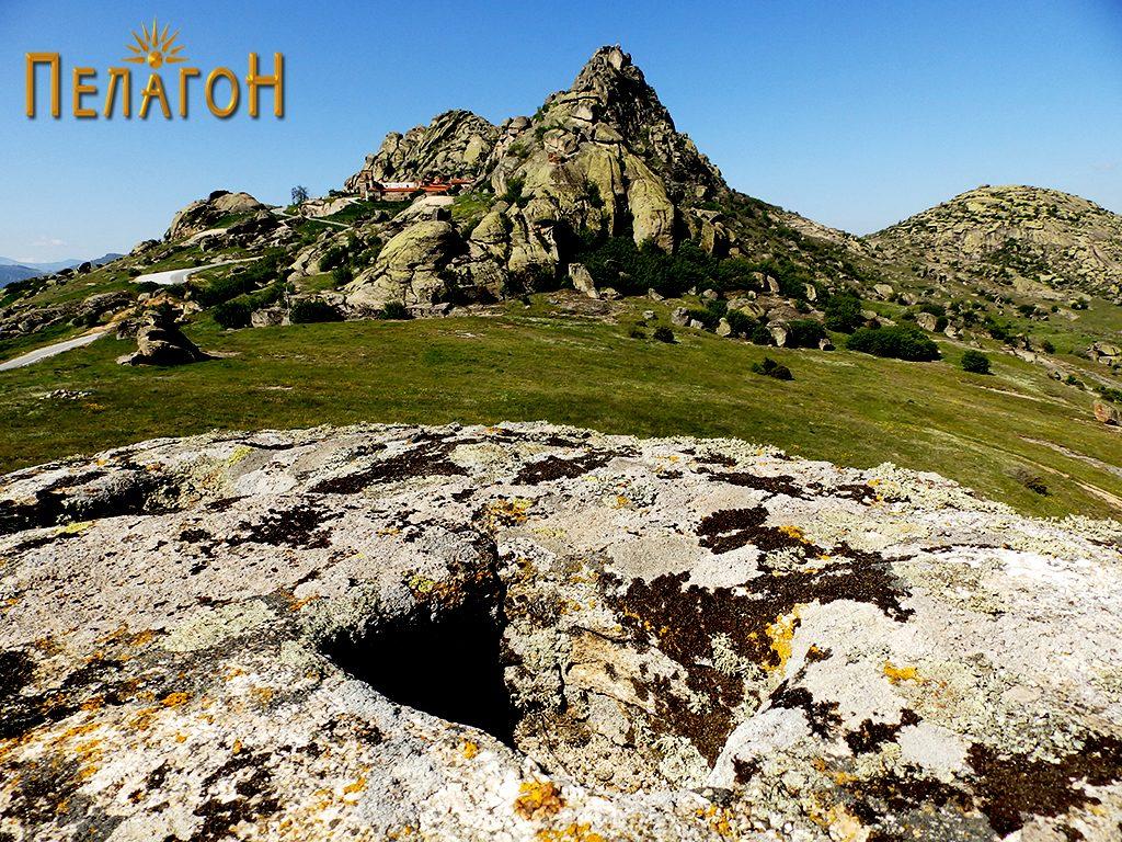 Средната јама од малото плато од менхирот со поглед кон Златоврв