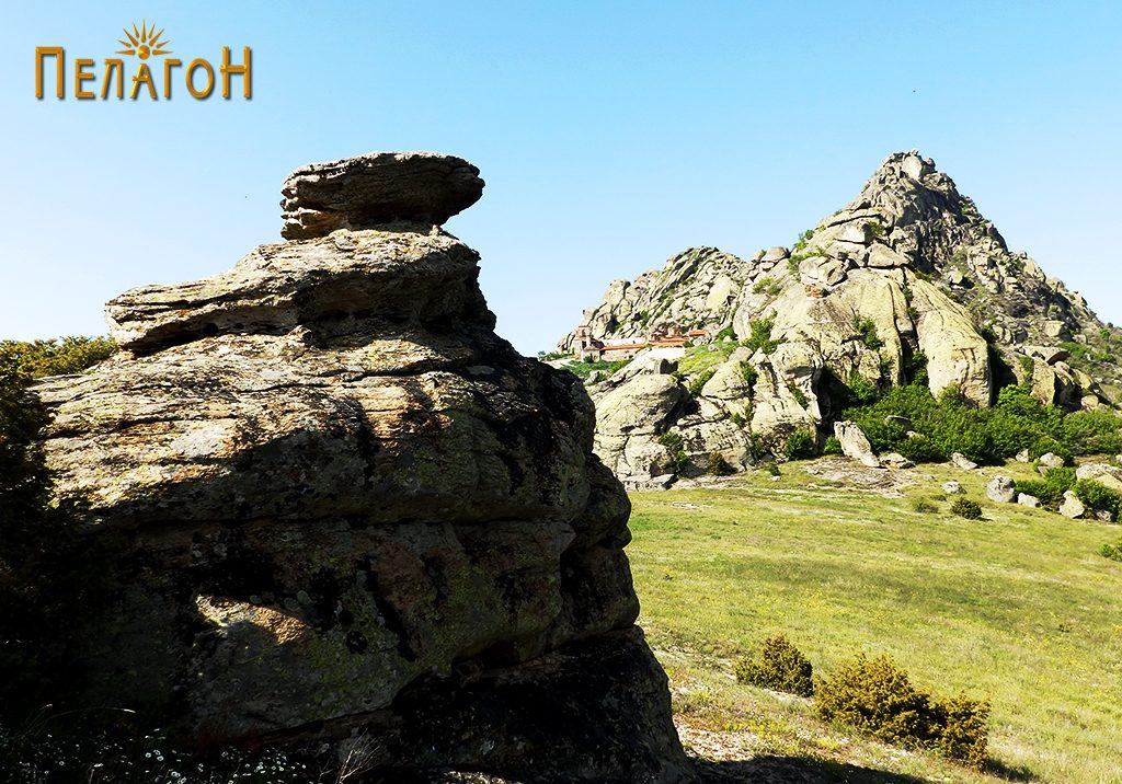 Култаната карпа на јужната периферија на некрополата со поглед конманастирот