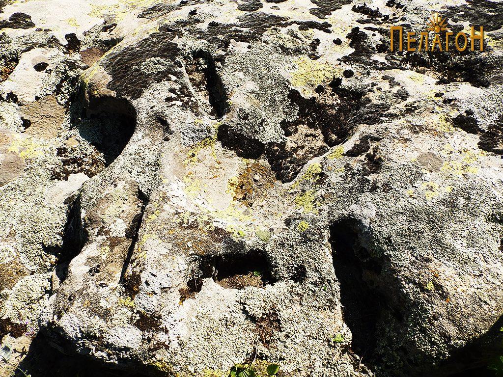 Од обработените површини по карпите северно од некрополата