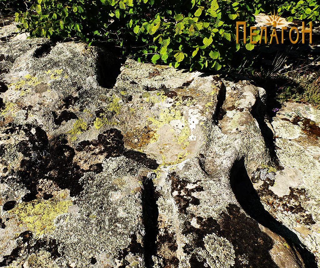 Од обработените површини по карпите северно од некрополата 2