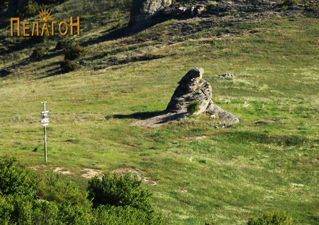 Просторот на некрополата со централната култна карпа од северозапад 2