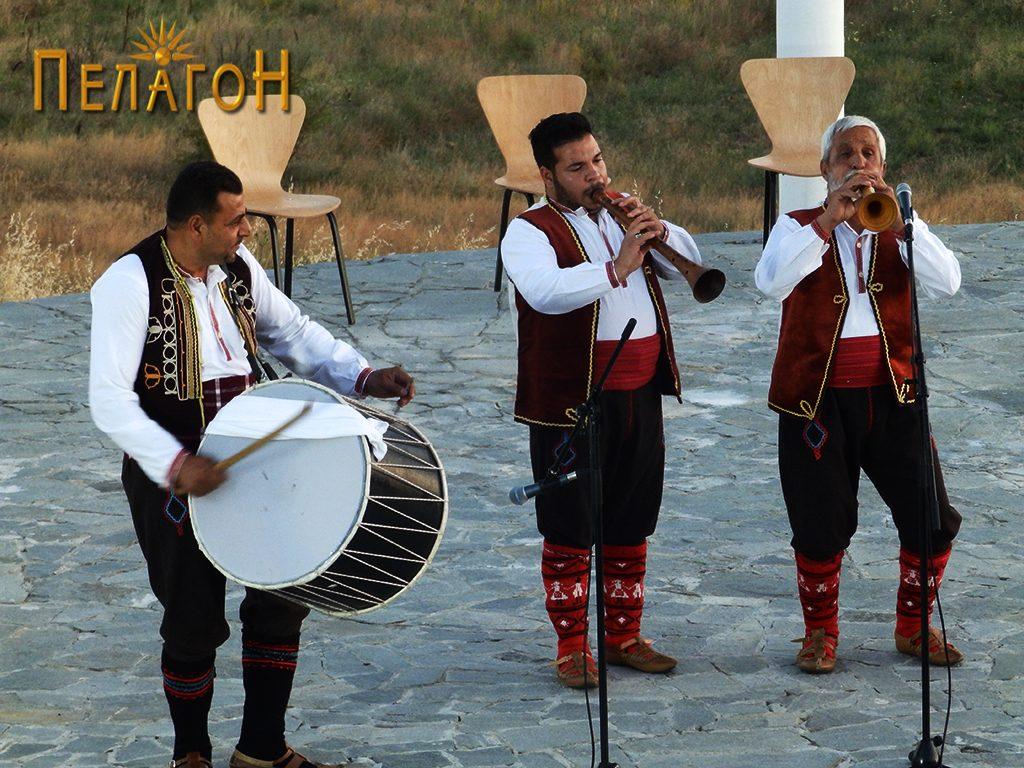 Фолклорна тројка на народни инструменти