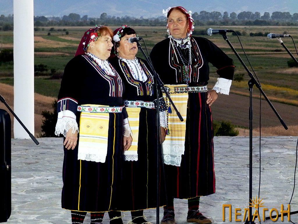 Три изведувачки на народна песна