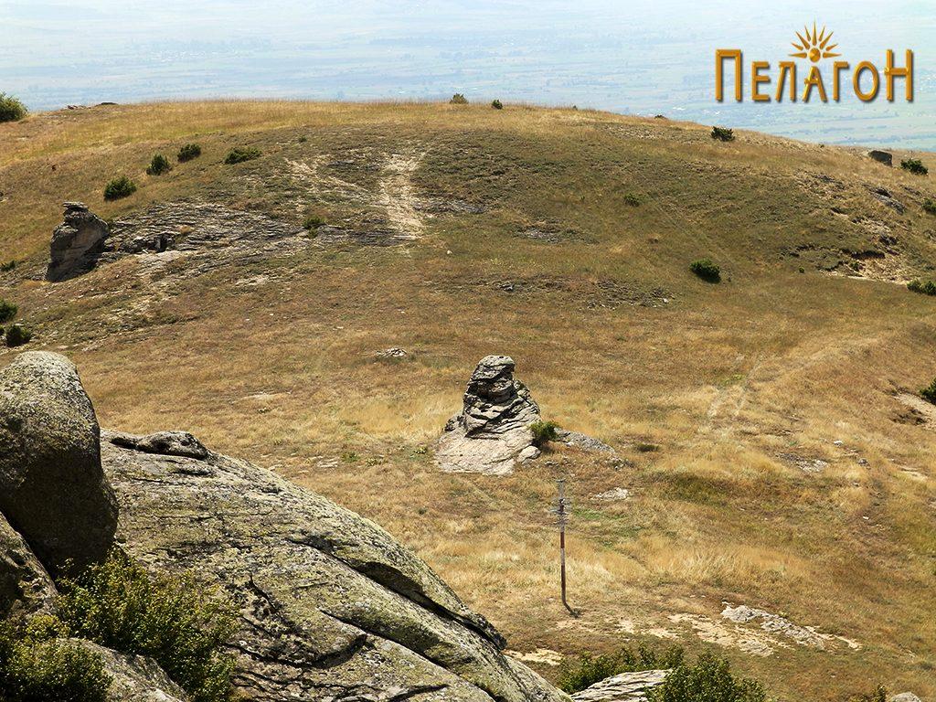 """""""Гумење"""" со централниот објект - карпа - жртвеник и гроницата со хероон, крајно лево"""