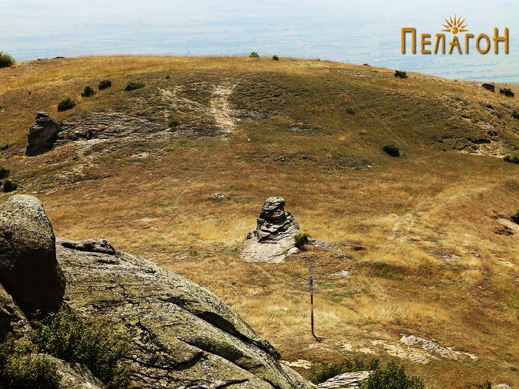 Просторот на некрополата со централната култна карпа од северозапад 3