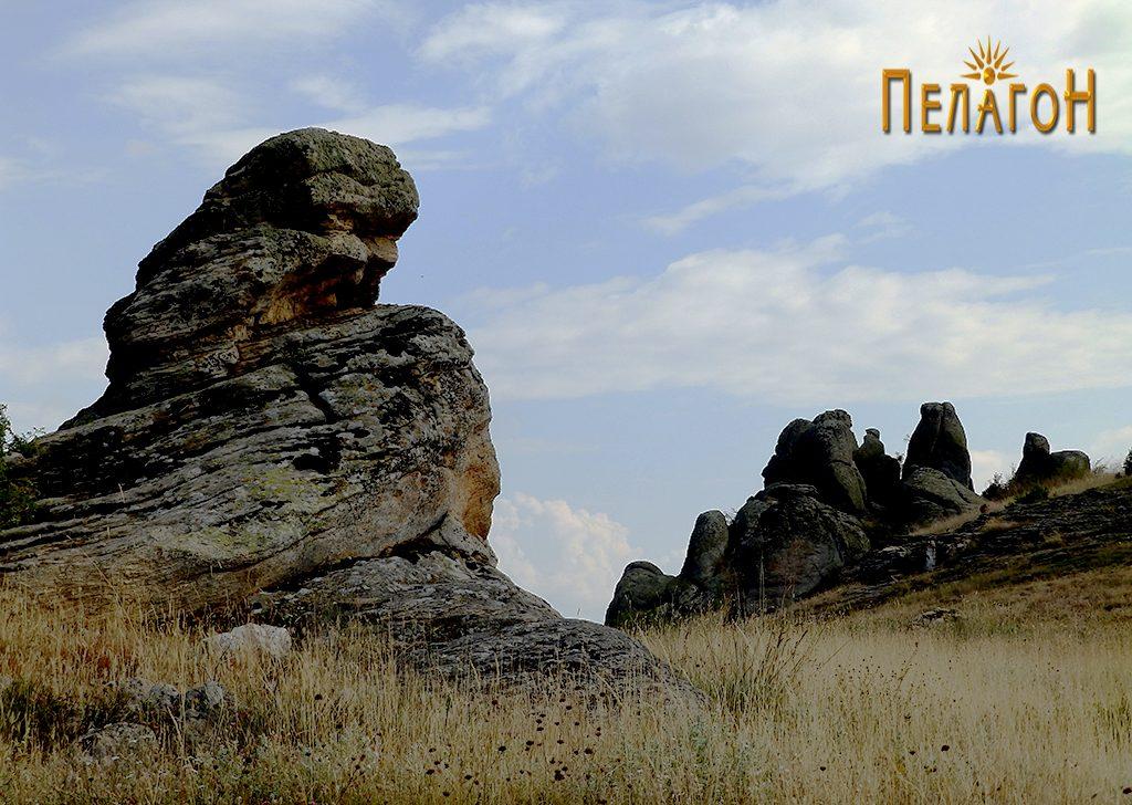 Централната култна карпа од север со позадина од искуклени карпи