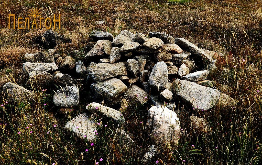 Грамада градежен камен од некрополата
