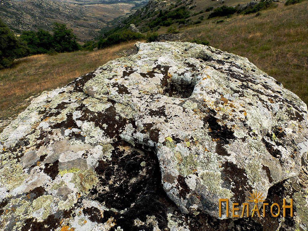 Малото плато на карпата-хероон со правоаголните јами во линија