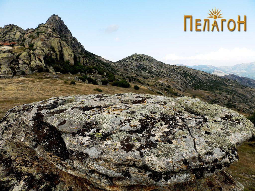 Жртвеното плато на менхирот со поглед кон Златоврв