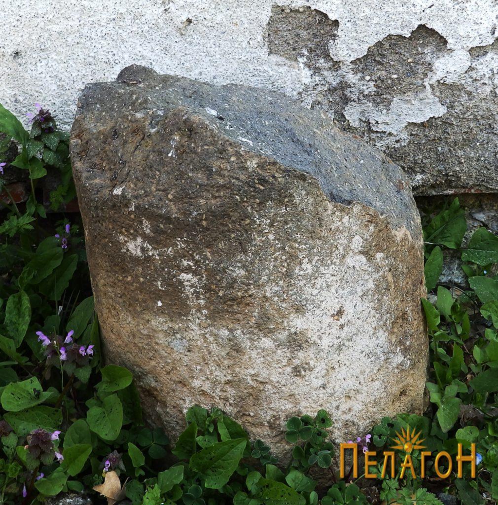 Фрагмент од столб од камен од стара градба