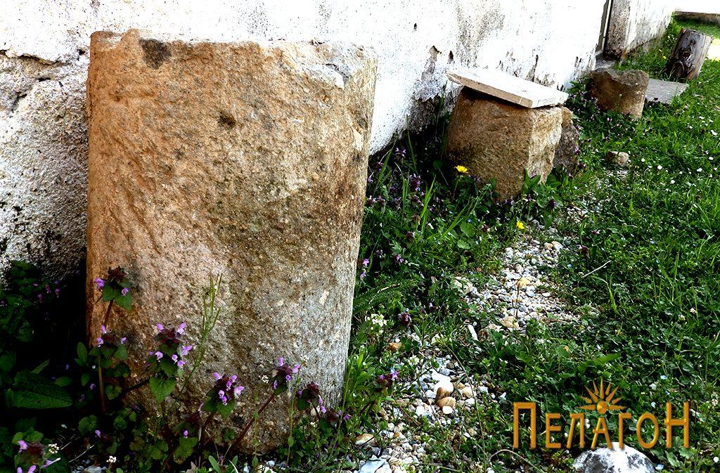 Два фрагменти од столбови од камен од стара градба