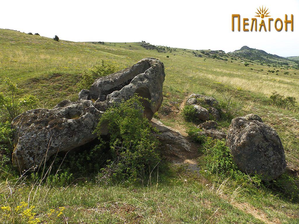 Целиот комплекс со карпата и помалите карпи и камени блокови