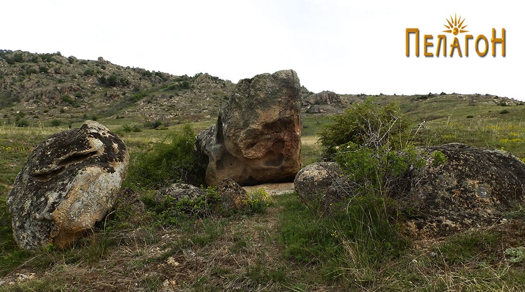 Карпата со винарникот и помалите карпи и камени блокови од југоисточната страна
