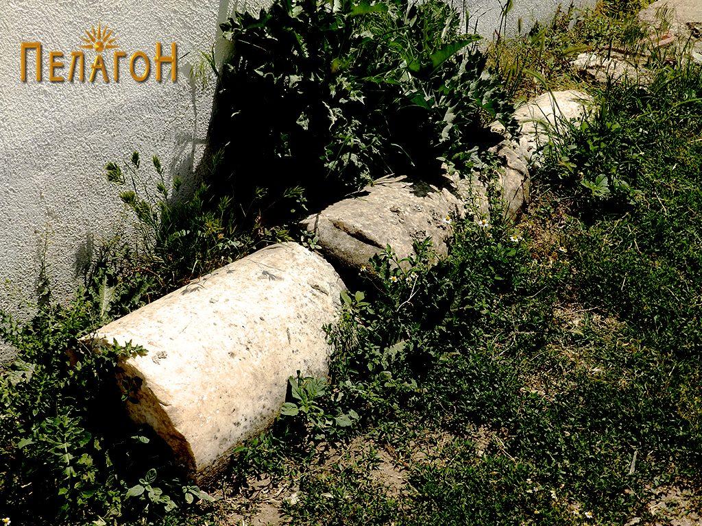 Неколку фрагменти од мермерни столбови крај црковната ограда