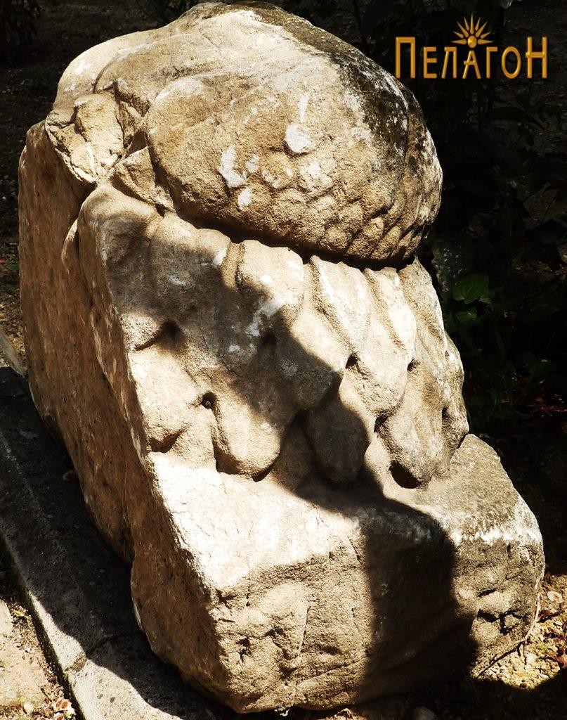Фрагментиран споменик, веројатно дел од капител 2