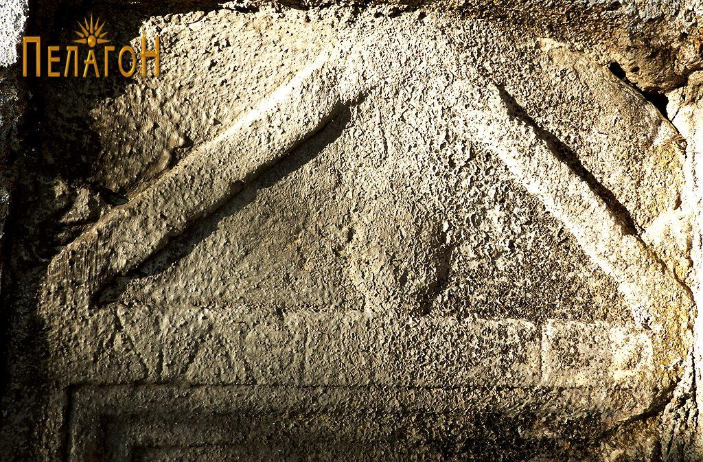 Калканот од споменикот со натпис од јужниот ѕид 1