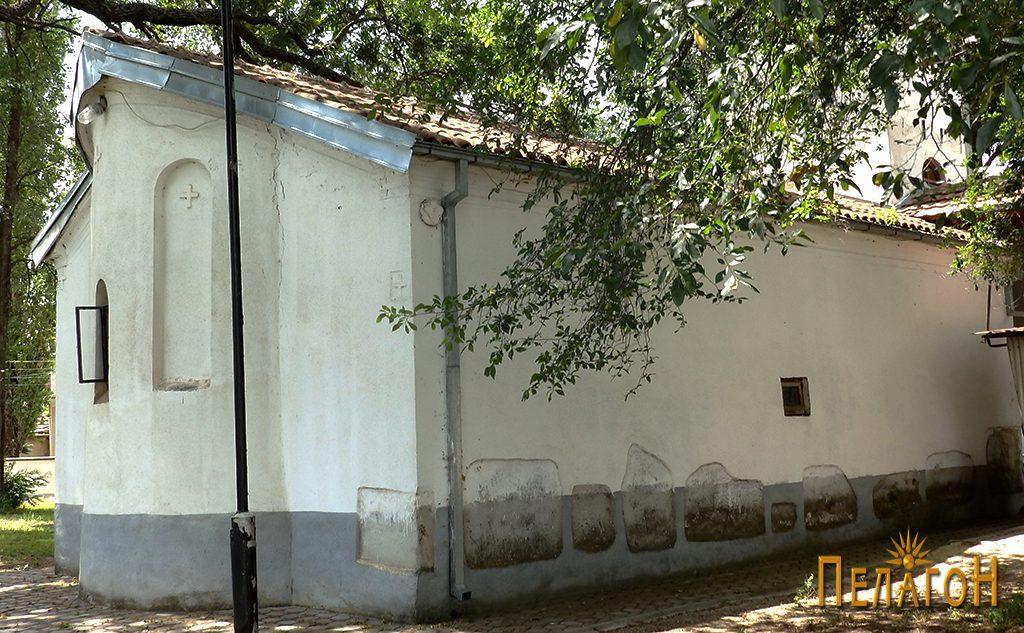 Мермерни елементи од античка градба на јужниот ѕид на црквата 2