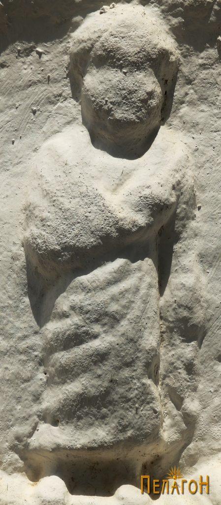 Фигурата на детето на споменикот со релјеф