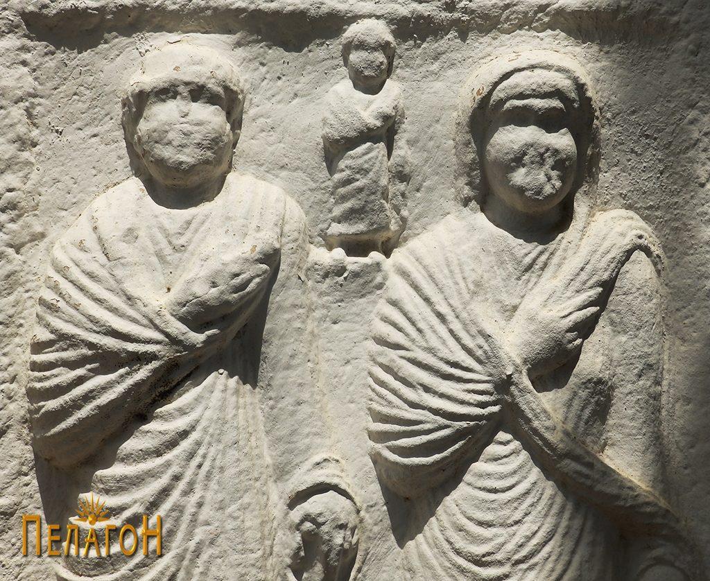 Горниот дел од споменикот со релјеф 2
