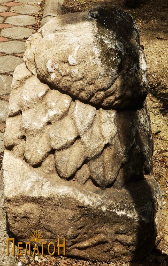 Фрагментиран споменик, веројатно дел од капител 3