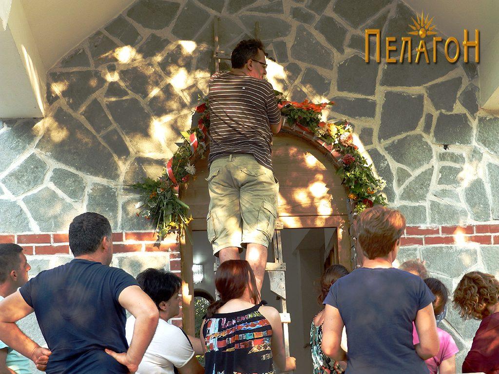 """Поставување на венецот над вратата во црквата """"Св. Петка"""""""