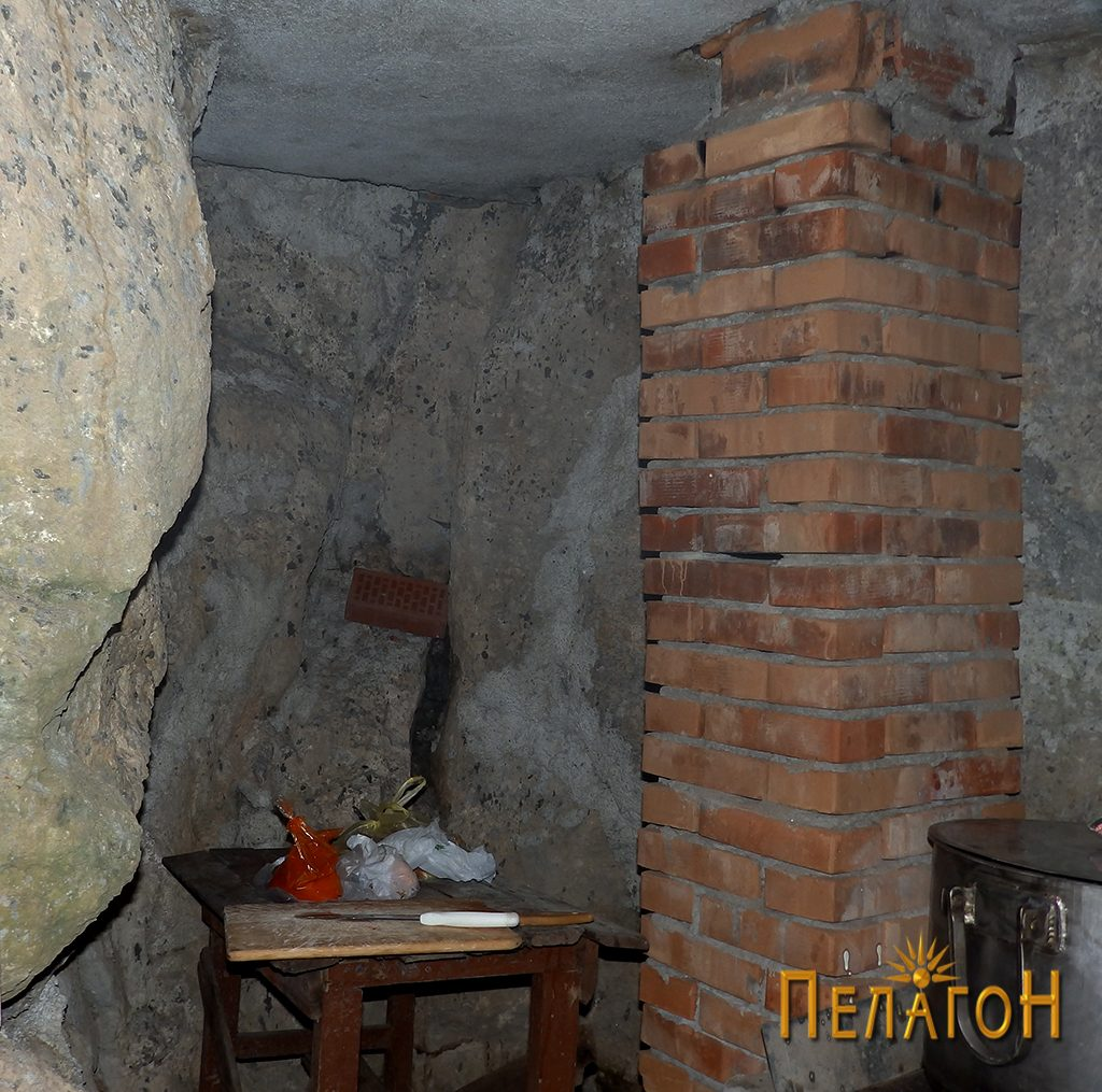 """Делот во карпа во малата кујна на """"Св. Пантелејмон"""""""