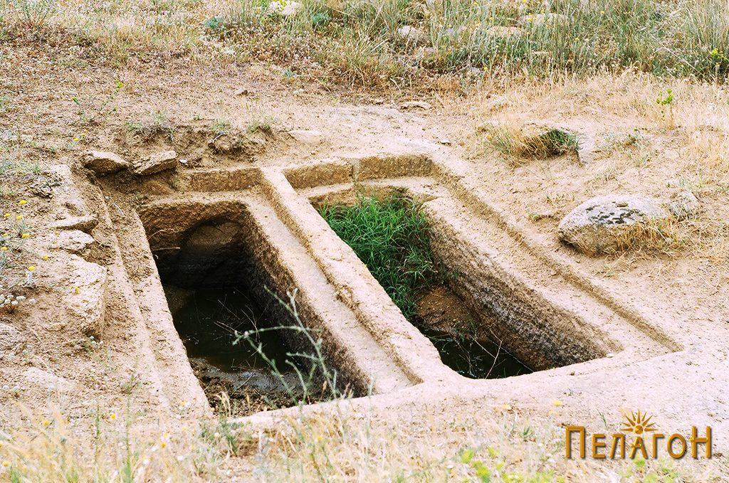 """Два убаво обработени гроба на локалитетот """"Чардак"""" во близина на карпата со симболика"""