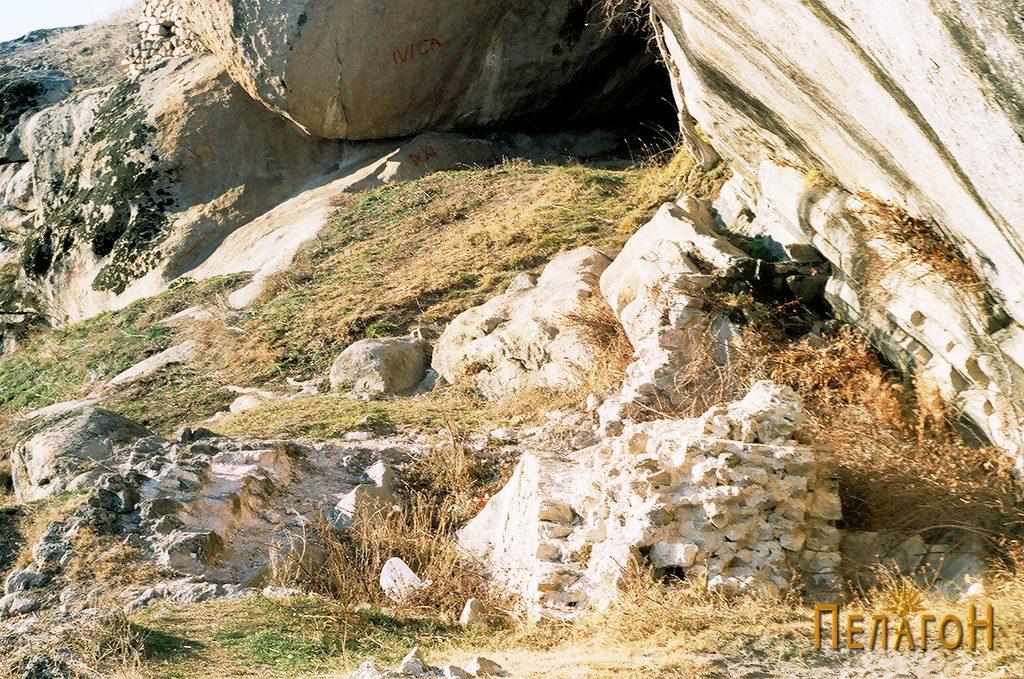 Жртвеникот, изворот и пештерата