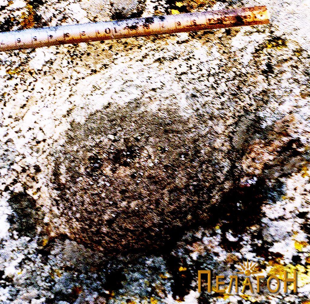 Мала издлабена јама во близина на карпата-мечка