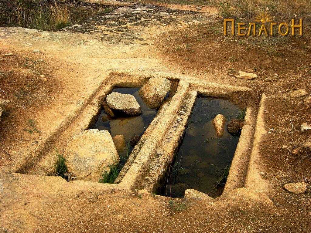 """Два убаво обработени гроба на локалитетот """"Чардак"""" во близина на карпата со симболика 2"""