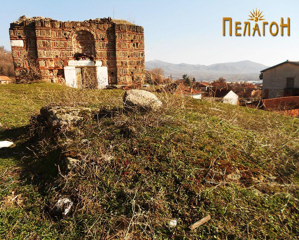 "Остатоци од могилата пред црквата ""Св. Атанас"", денес"