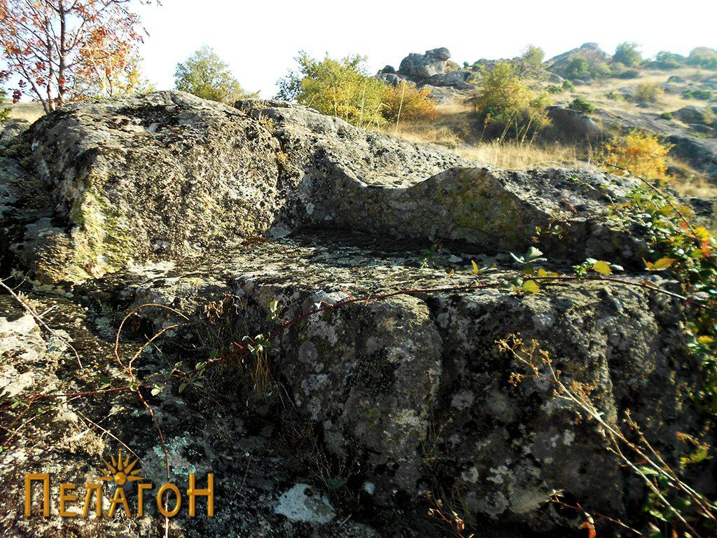 Аглеста форма во близина на гробницата