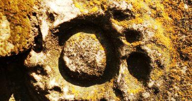 """Симбол од мермерните споменици познати како """"Владиков Гроб"""""""