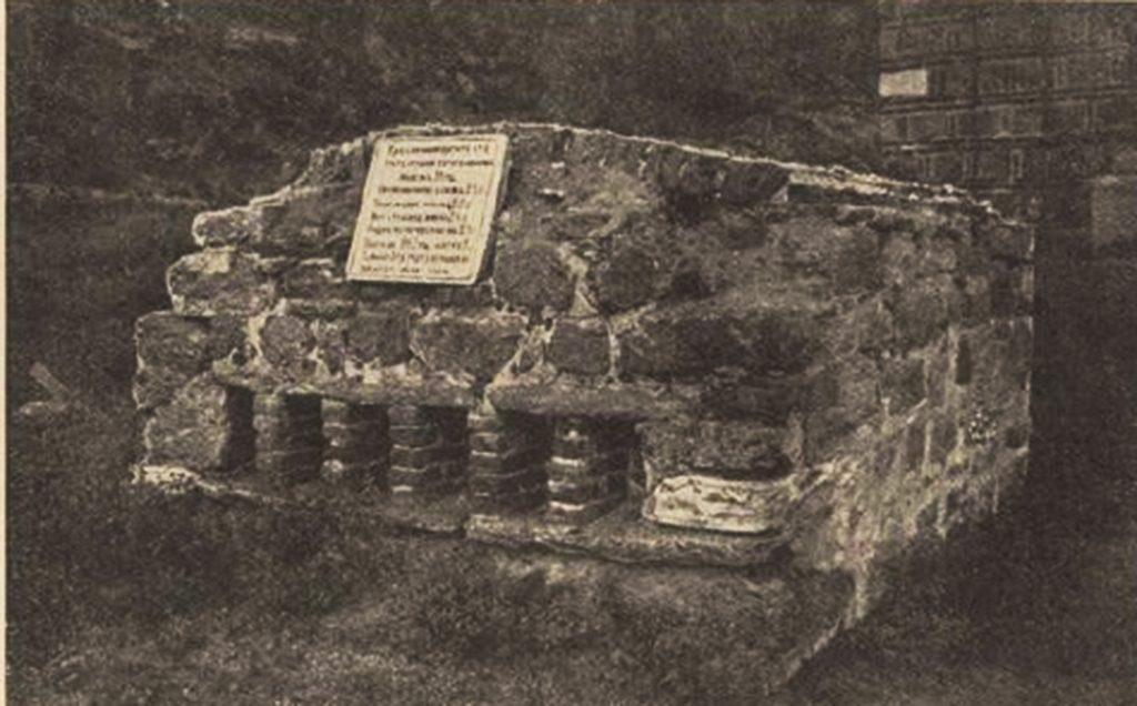 Фотографија на могилата на крушевчаните, пред околу еден век.