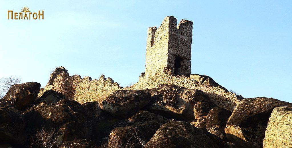 """Сочуван дел од тврдината со кула на Маркови Кули од северната страна на """"Рамниште"""""""