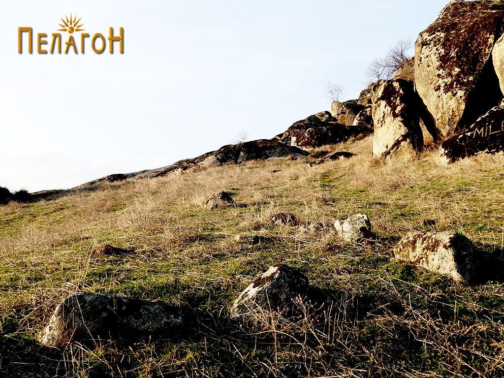 """Остатоци од ѕид по површината на """"Рамниште"""""""