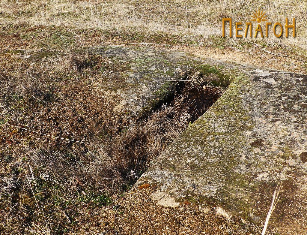 Еден од гробовите во малата некропола